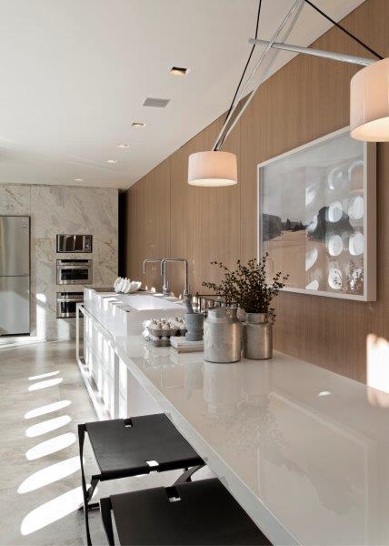Peças de acervo pessoal e de garimpo convivem harmoniosamente com o mobiliário assinado por designers nacionais e estrangeiros.