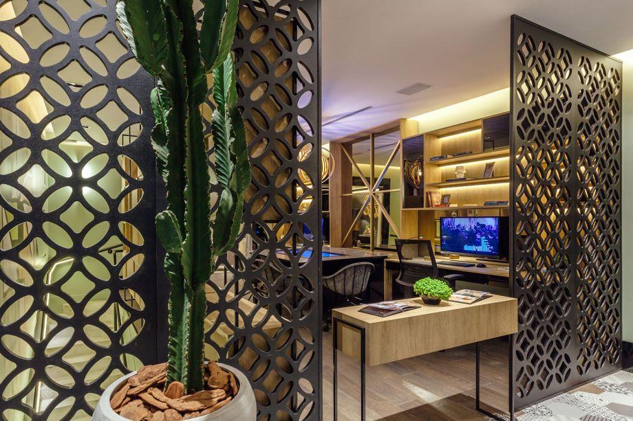 Home Office do Casal - Carol Fernandes Heck e Gustavo Heck: atuando também como divisória e em um espaço de trabalho, por aqui o cobogó compõe com as cores das estruturas e acrescenta brasilidade ao lugar.