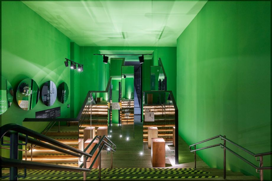 CASACOR São Paulo.<span>José Marton - Jardim e Entrada da Luxúria. Espelhos, chão de tábua corrida e pintura verde-hortaliça convidam a uma experiência diferente na entrada. O labirinto e os reflexos convidam a refletir sobre o comportamento na era digital.</span>