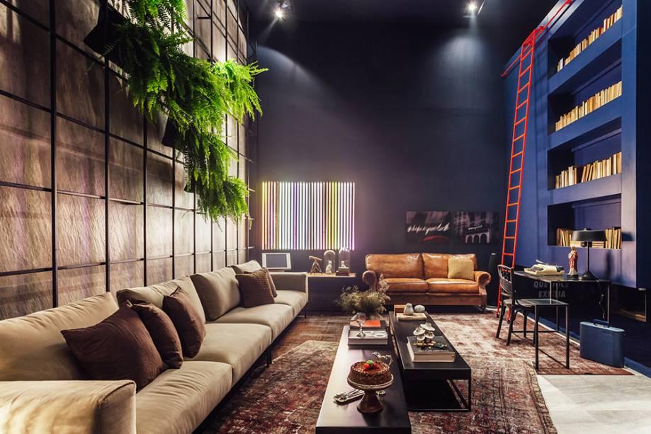 Drops de Anis - Carla Tortelli e Luana Fernandes: feito de couro, o sofá ao fundo reforça a atmosfera masculina do ambiente, pensado para um homem moderno que adora viajar.