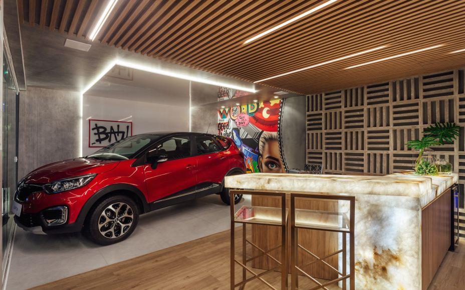 Garagem de Estar Renault - Cristina Da Luz e Davi Alexandre Heissler: neste espaço único e integrado, com fachada em pele de vidro que permite visualizar o lounge gourmet e o estar, destaque para o grafite do artista Jackson Brum, ao fundo.