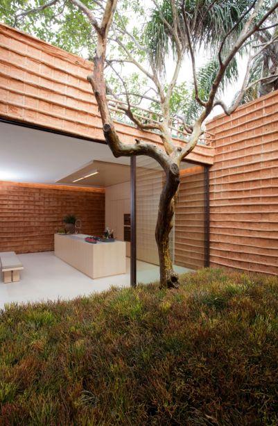 O pau a pique<span>foi usado também na cozinha, no hall de entrada e em todo o jardim interno da casa.</span>