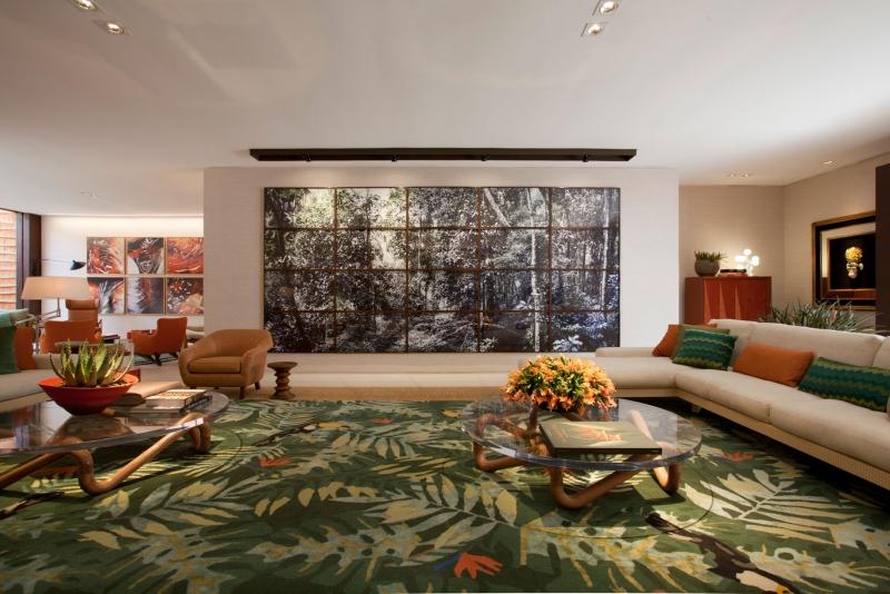 À estrutura, somou-se peças de mobiliário nacional assinadas por grandes nomes.<span>Aqui, também vê-se um grande tapete do Nepal, que o arquiteto inseriu em seu ambiente de 300 m².</span>