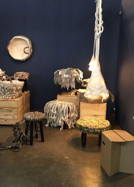 <strong>Inês Schertel</strong> - A designer conhecida pelas suas incríveis peças de lã marca presença expressiva na MADE em um stand com seus lançamentos e também com o banco Melena, na exposição Tramas, que sintetiza o tema da feira neste ano.<span>As suas obras são feitas a partir das ovelhas que cria com o marido, em São Francisco de Paula, na Serra Gaúcha, em um processo chamado Slow Design.</span>