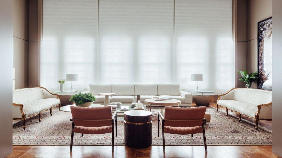 2017: A Sala - Lídia Maciel. Simples e sofisticada, A Sala investe em poucos e bons elementos, como sofá em couro italiano, poltronas de veludo e tapete Tabriz sobre o piso em parquet com desenho Versailles.
