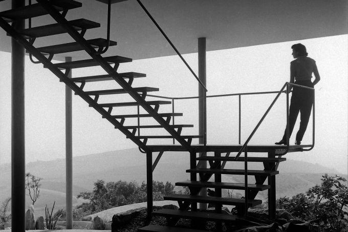 _Lina Bo Bardi na Casa de Vidro, projeto de Lina Bo Bardi_, 1952, fotografia de_${84849985}