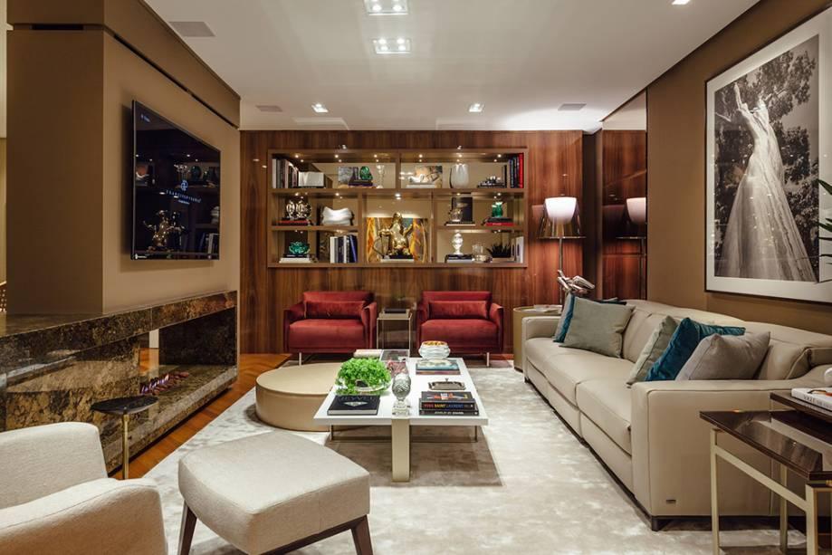 Living Social - Francisco Frank: seguindo uma forte tendência atual da moda, o arquiteto trouxe para o espaço poltronas de veludo vermelho, da italiana Natuzzi, que equilibram o estilo luxuoso e contemporâneo do lugar.