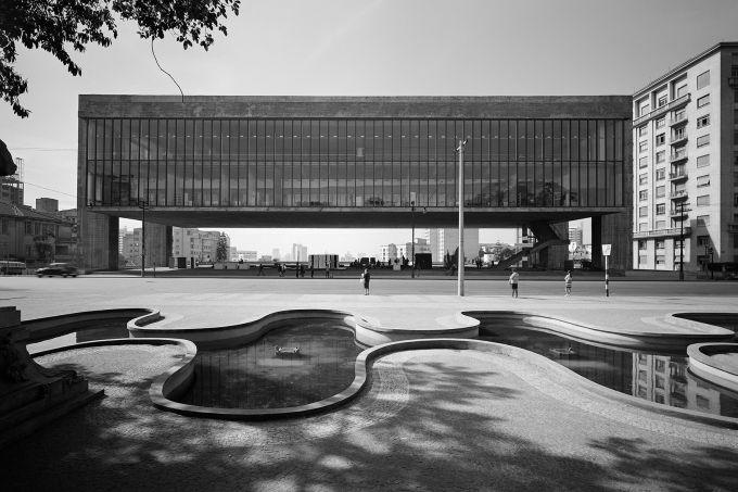 Masp, projetado por Lina Bo Bardi e fotografado por Hans Gunter Flieg, na mostra _Arquitetura Brasileira Vista por Grandes Fot+¦grafos_, no Instituto Tomie Ohtake, S+úo Paulo, 2013._${