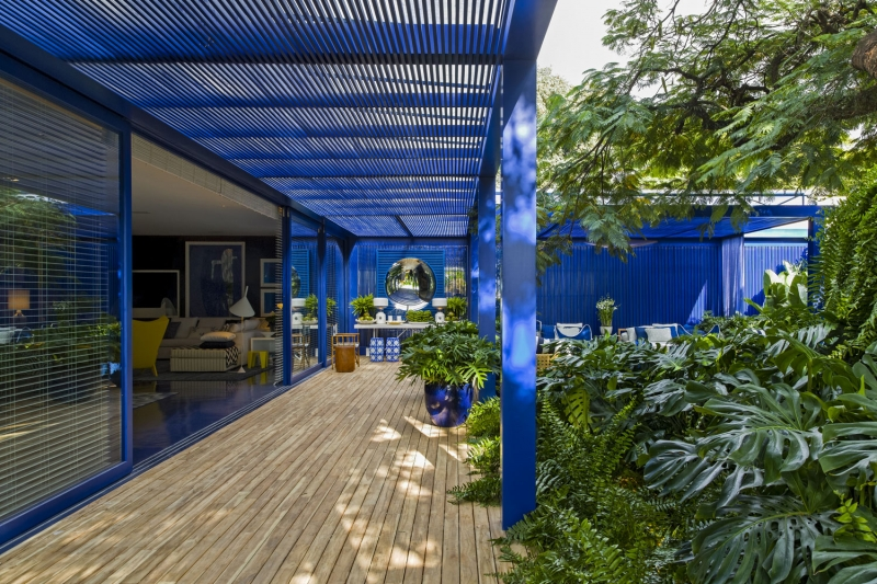 Neste projeto marcado pelo azul, Migotto equilibrou todo o frescor da cor com o verde do entorno.