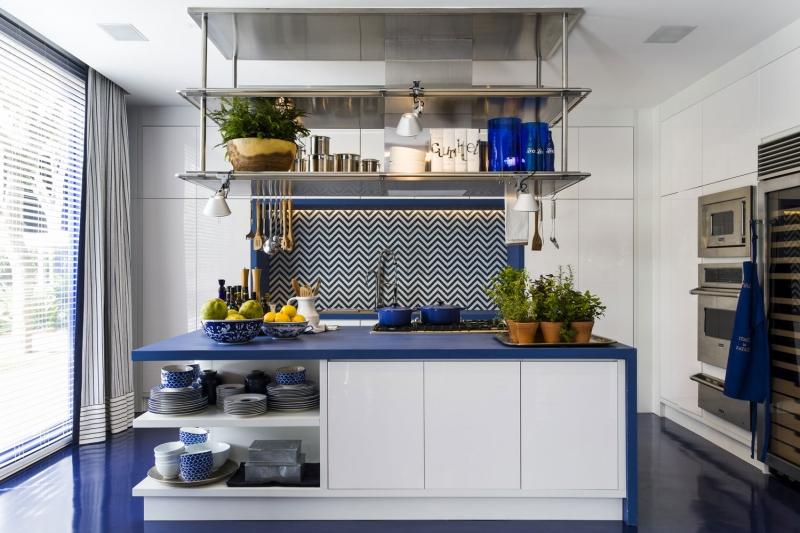 O arquiteto lançou mão de diversas nuances do azul para criar efeitos visuais nos ambientes.