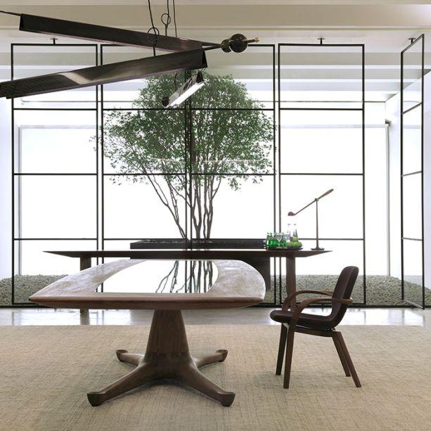 """Cadeira Mia - Jader Almeida.<span>A linha MIA possui sutileza e fluidez, percebida por meio do ponderado equilíbrio de escala, proporções e linhas, além das torções e arestas chanfradas, que parecem transpor o limite da resistência da madeira. A cadeira foi pensada para compor os mais diversos espaços, pois sua forma possibilita inúmeras interpretações individuais. (Dpot - <a href=""""http://dpot.com.br/"""">dpot.com.br,</a>R$ 5.480)</span>"""