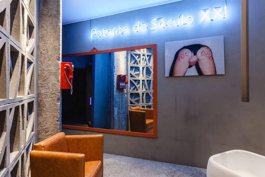 Patente do Século XXI - Studio Marcelo Oliveira: aqui, os cobogós entram como uma divisória, que permite a sinergia de luz entre quarto e banheiro e ainda confere um aspecto rústico aos dois lugares.