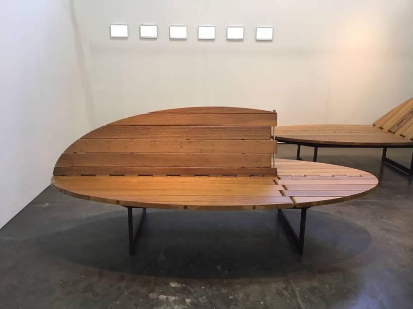 """<strong>Pessuto Paisagismo</strong><span><strong>+ WV Design</strong>:</span>Durante a <a href=""""http://casacor.abril.com.br/mostras/sao-paulo""""><strong>CASACOR São Paulo 2017</strong></a>, o paisagista Ricardo Pessuto se lançou no universo do design com o banco Catuaba, uma parceria do profissional com a WV Design. A peça torna-se multifuncional e versátil podendo ter até quatro funções diferentes e foi batizada com o nome da madeira que compõem o móvel. O sucesso na mostra paulista foi tanto, que seus bancos também podem ser vistos na MADE."""
