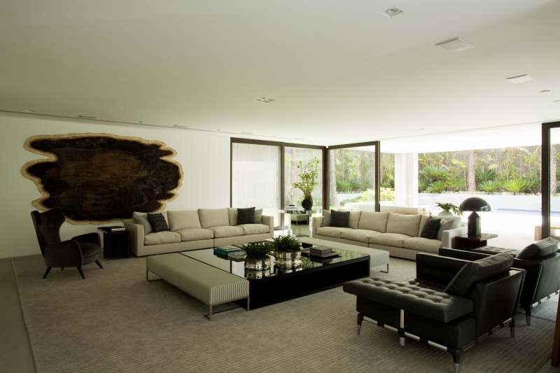 A escolha do branco para as paredes, colabora ainda mais para a abundância de luz natural que invade o lugar.