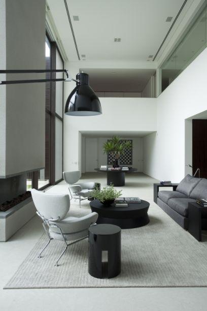 Na área interna, cores claras e serenas dão o tom ao décor.