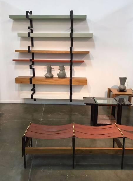 <strong>ALVA Design:</strong>Na MADE, o coletivo de designers mineiros, o estúdio ALVA Design, está lançando a estante Fita, os bancos Bô, os vasos Itá, e as mesas Mais.