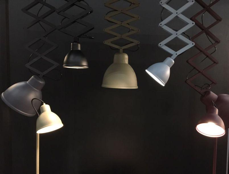 <strong>Dimlux: </strong>com várias peças de várias marcas pertencentes e representadas pelo grupo, o estande da Dimlux na High Design se destaca com o lançamento das luminárias Lora e Renata e com a instalação de Arandelas Pantográficas (foto).
