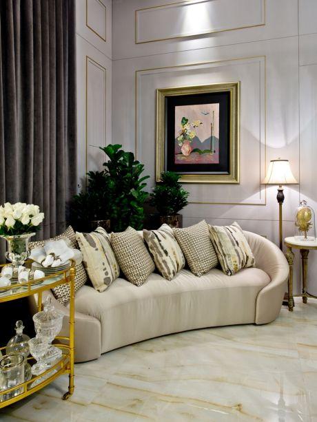 Sala Nobre de Jantar - Rose Campos.Os clássicos marcam presente, como boiseries delicadas nas paredes, sofá em veludo e piso em mármore, cujos tons comandam a paleta de beges e dourados. De outro lado, a contemporaneidade do cinza nas cortinas o layout despojado equilibram o resultado.