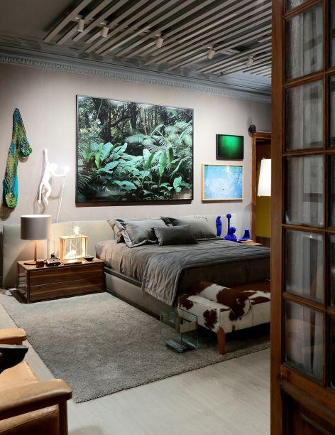 Suíte do Casal - Diogo Viana. Os tons neutros e o uso de madeira fazem da suíte um espaço perfeito para colecionar fotografias e obras de arte. A cama, o biombo e os tecidos foram desenhados pelo arquiteto espacialmente para o ambiente.