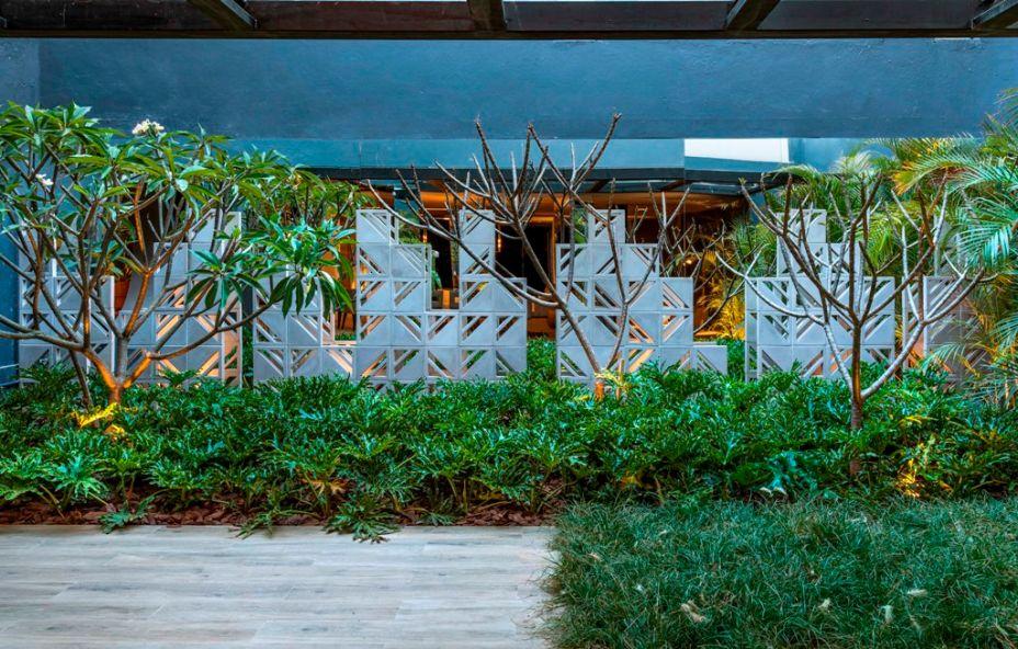 Jardim do Chef - Marina Pimentel. Peças ornamentais geométricas formam esculturas no jardim. Ele traz intencionalmente uma vegetação pouco densa, para mais leveza nestes 130m².