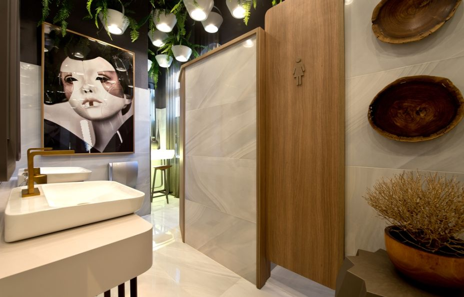 Lavabos Sanitários - André Sartor. O conceito minimalista do japonismo urbano entra em cena no projeto, onde praticidade é palavra-chave. No feminino, o teto é verde e a madeira aquece, em uma combinação naturalmente elegante.