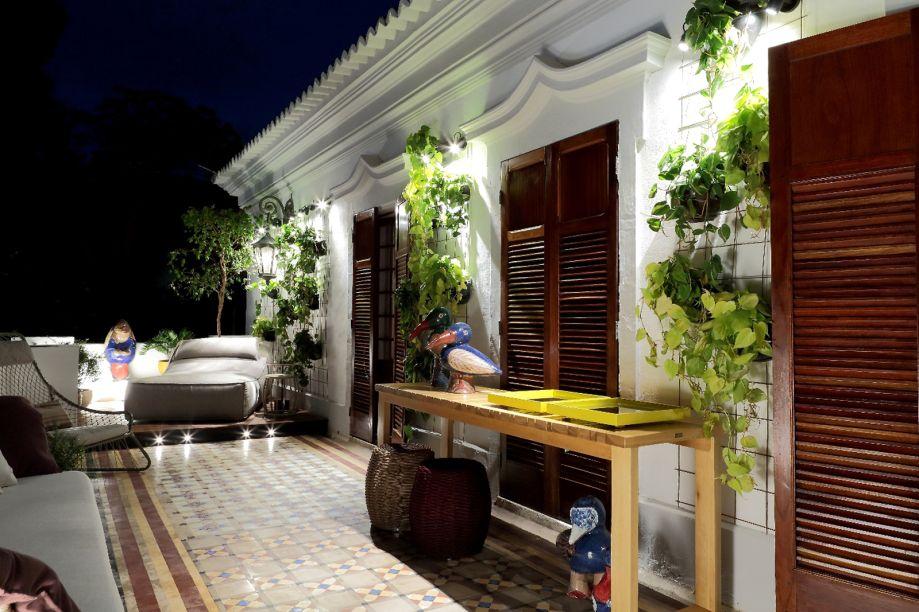 Varanda do Casal - Ana Carolina Pitanga e Lígia Garcia. Para essa varanda, as profissionais quiseram criar um espaço de contemplação, descanso e tranquilidade. O piso de ladrilhos revitalizado funciona como um tapete para um sofá ladeado pela premiada poltrona Veleiro.