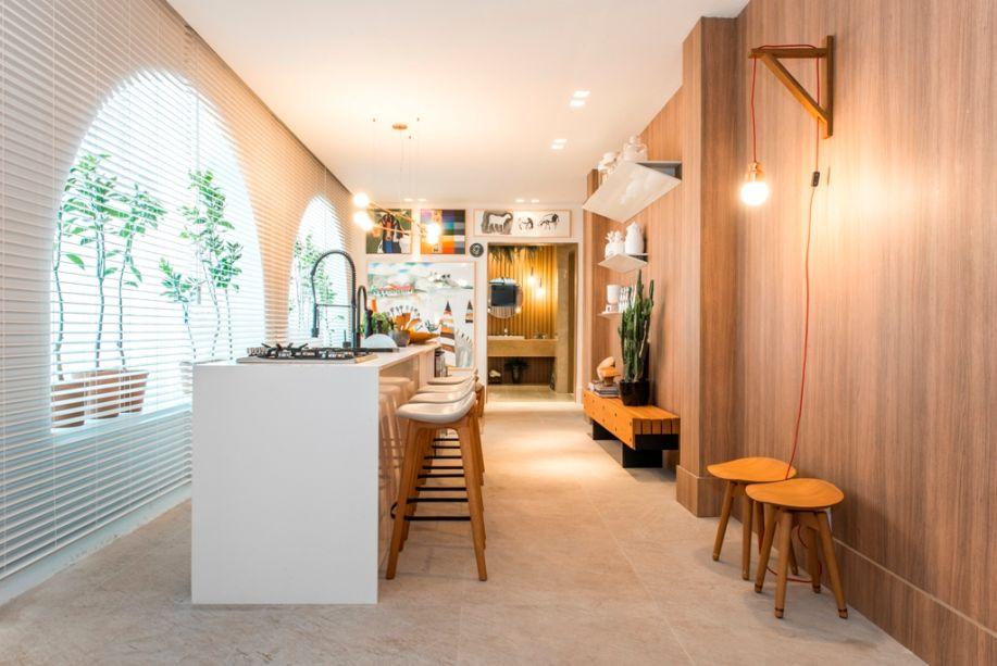 Varanda Gourmet - Gracita Lopes e Sheila Lopes. O minimalismo encontra a aridez do sertão e o resultado é repleto de luz e aconchego. Os vários tons de madeira nos móveis de linhas simples e na parede principal tornam o ambiente caloroso; já o branco potencializa a iluminação, com delicadeza.