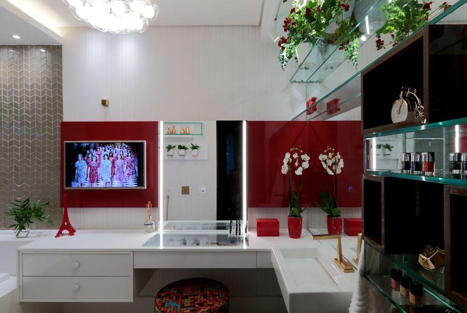 Toilette da Adolescente - Luciane Pereira Barreto dos Reis e Tatiana Maciel Yamamoto. Uma variedade de materiais, texturas, uma bancada multifuncional, separada da cuba e o tom vibrante de vermelho fazem desse um espaço divertido e jovem.