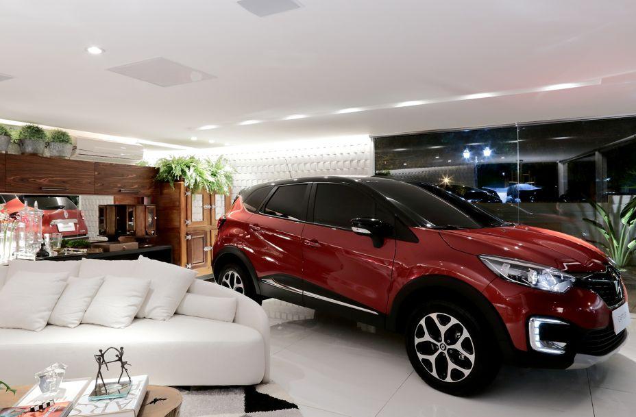 Lounge Renault - Ana Paula Cascão. Versatilidade e conforto caracterizam o Lounge Renault. Esse ambiente é moderno e descontraído, perfeito para receber amigos, conviver com a família, ver um filme no telão retrátil ou jogar uma partida de poker.
