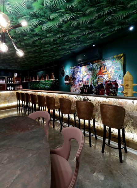 Lounge Bar - Rafael Amaral Tenório e Fran Menegotto. O local é um espaço que promove experiências. O estilo rústico, com elementos que remetem ao tribal, além do grafismo no teto fazem o Pub um ambiente exótico, tropical e inesperado.