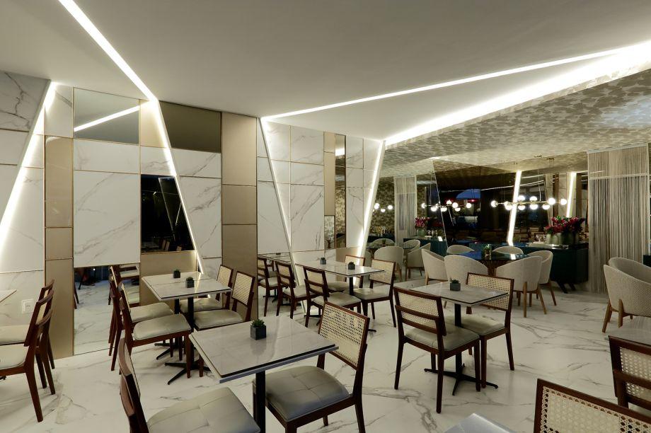 CASACOR Pernambuco 2017. Restaurante Toscana Concept - Fernanda Antunes e Milena Sotero. As composições geométricas e a iluminação, feita por fitas de LED em diagonais, conferem dinamismo e elegância ao Restaurante.