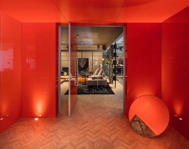 Loft Cinex - Ney Lima. O piso de madeira em escama de peixe encontra os painéis de alumínio corten, antecipando o ambiente de forma icônica.