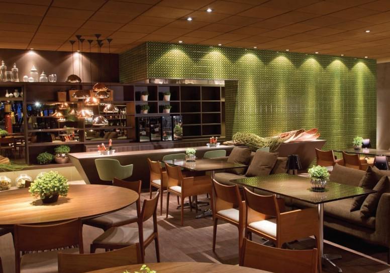 <span>2011 - <strong>Restaurante</strong>. Um ambiente amplo e atual que apresenta um </span><i>layout</i><span> centralizado, liberando a circulação e definindo bem os espaços. A iluminação é pontual, proporcionando mais conforto aos visitantes. Merecem destaque os pendentes de prata e bronze assinados pelo designer Tom Dixon.</span>