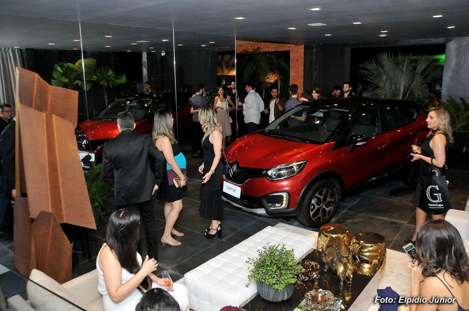 Convidados visitando o Espaço Renault desenvolvido por Joyce Stela, Leonardo Dias e Cintia Sena