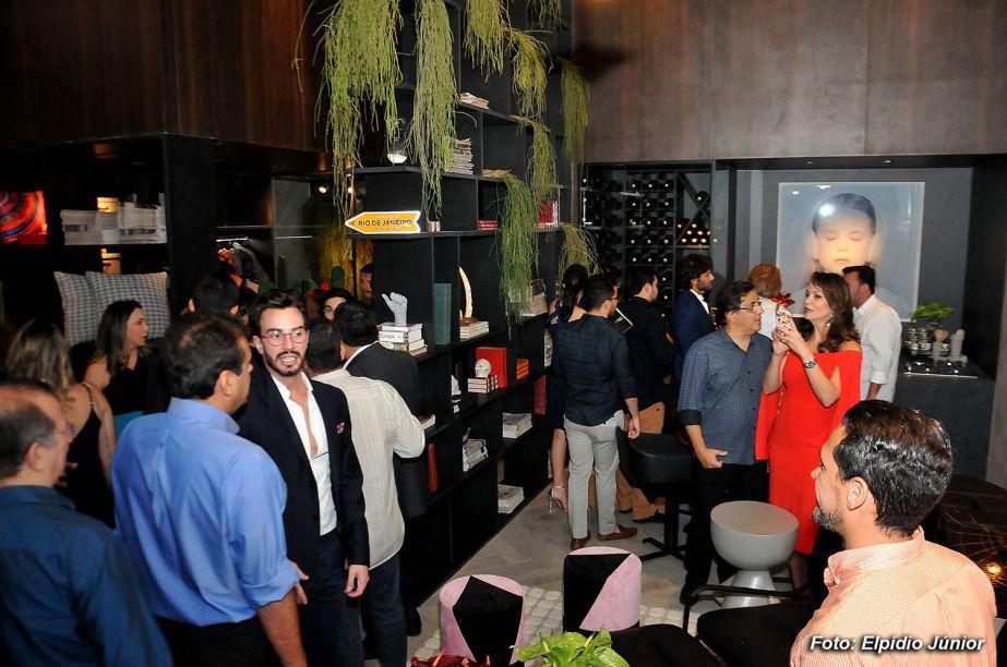 Convidados visitando o Loft do Jovem Cosmopolita concebido pelo designer Matheus Bulhões