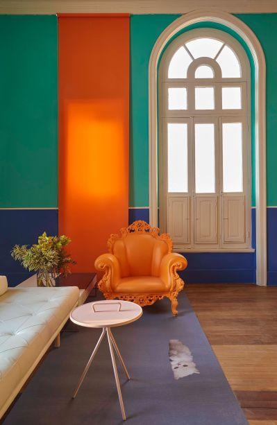 Na <strong>Sala de Imprensa</strong>, de Pedro Lázaro, o azul carbono e o verde piscina permeiam as paredes do espaço, mas o que chama mesmo a atenção e traz calor ao projeto é a icônica<span>cadeira Proust laranja, do mesmo tom do rolô, que equilibra o visual do ambiente.</span>