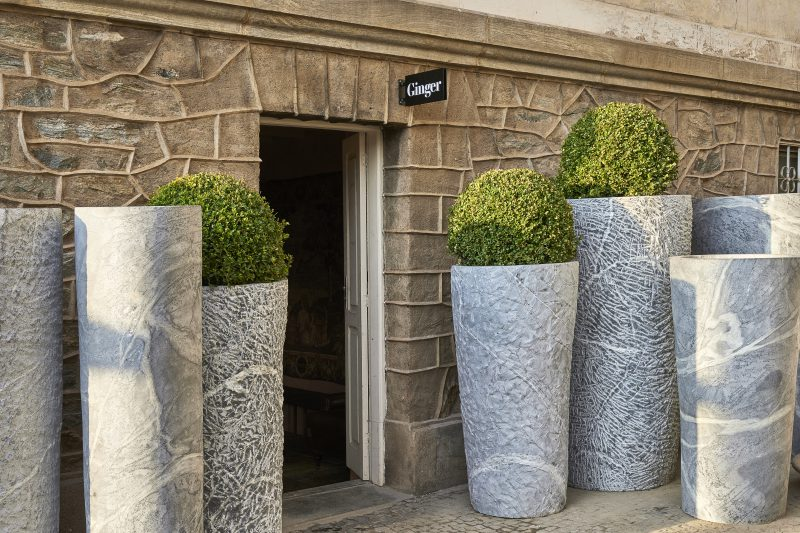 Ginger Bar - Ângela Roldã0.<span>Os imponentes</span><strong>vasos de pedra-sabão</strong><span>localizados na entrada da parte externa do ambiente</span><span>, foram desenhados pela arquiteta para compor o projeto. A inspiração para cria-los veio de museus da Europa.</span>