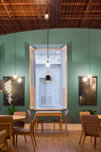 Restaurante e Lounge -Bernardo Farkasvölgyi.Para que se posicionassem exatamente em frente às janelas, o profissional desenhou as <strong>mesas</strong> do espaço<em>.<span></span></em>Uma vez que já haviam várias mesas grandes espalhadas pelo ambiente, as pequenas foram criadas para os encontros românticos, por isso possuem apenas<em></em>dois lugares. A proposta foi fazer um desenho simples e funcional, o toque final fica por conta dos coloridos jogos de mesa, pratos e taças.