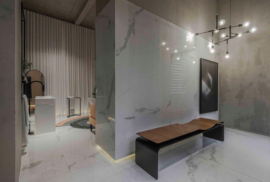 <strong>Sala de Banho</strong> - Rodrigo Aguiar. Este projeto surpreende por usar uma cortina de pano, e não um rolô ou persiana em um local de banho. O profissional a usa em uma parte do espaço, em um tom neutro, que harmoniza perfeitamente com o<span>mármore carrara, tornando o ambiente nobre e sofisticado.</span>