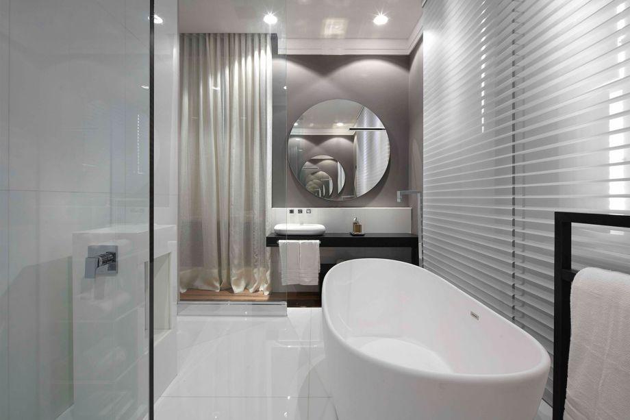 <span><strong>Suíte Essencial</strong> - CR Studio. Na área do banho da suíte, as paredes são neutras e ganham cortinas de linho e persianas, que garantem um estilo clean e contemporâneo.</span>