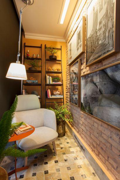 Varanda do Casal - Luciana Bittencourt. Inspirada nas varandas italianas da região de Toscana, a designer de interiores apresenta detalhes da arquitetura rústica do local, como a parede em tijolinhos e a sacada com flores, mesclada com móveis contemporâneos e modernos.