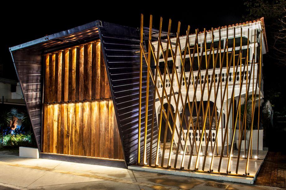 Ruy Espinheira - Bilheteria. Contêineres desconstruídos dão a forma à bilheteria da mostra. Elementos retos, dispostos em diferentes ângulos, trazem organicidade ao espaço através do uso de madeira de demolição, aço, metal e porcelanatos que remetem ao visitante a ideia de um portal.