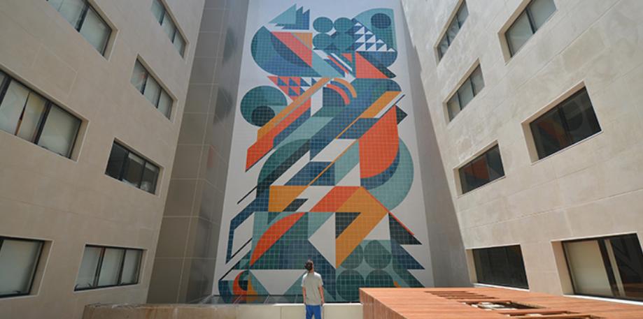 <span>Os designers Bruna Vieira e João Tolentino, e os arquitetos Diego Uribbe, Duke Capellão e Rodrigo Kalache formam o Coletivo MUDA, do Rio de Janeiro. Suas intervenções tentam transformar ambientes urbanos hostis por meio de seus murais coloridos e abstratos.</span>