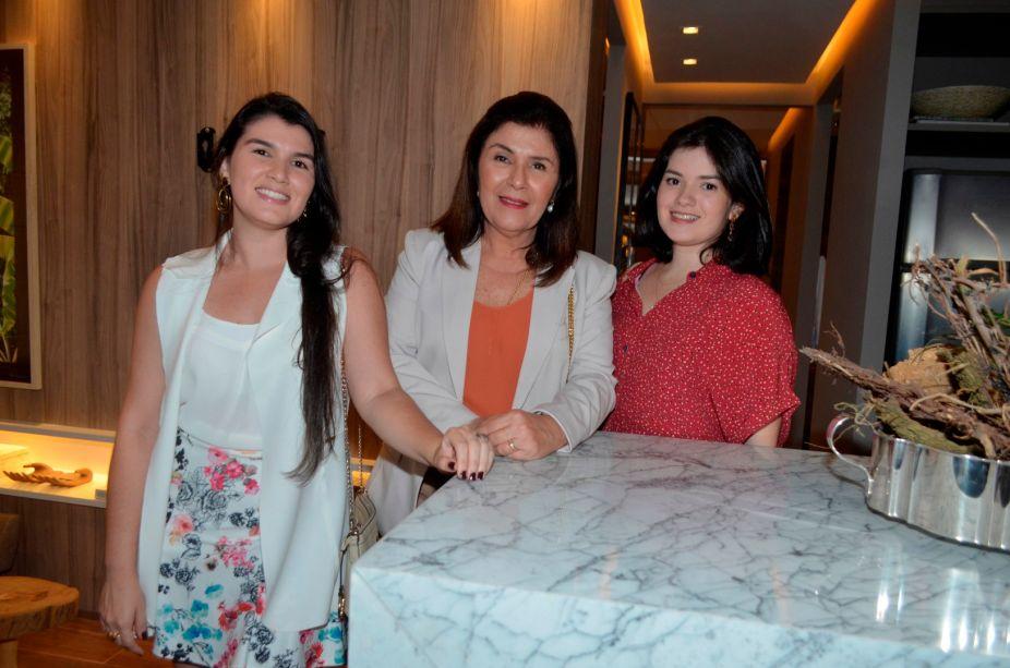 <span>Renata Morais, Ceres Vasconcelos e Alice Vasconcelos.</span>