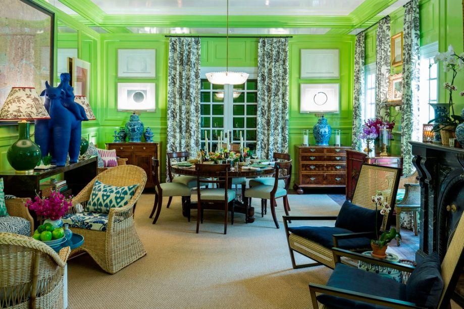 Comedor Social - Donaldo Koo. O verde vibra nas paredes e traz um outro olhar para as boiseries. É uma base inusitada para a coleção de obras de arte contemporânea e para quebrar a formalidade do mobiliário, em madeira escura, palhinha e rattan.