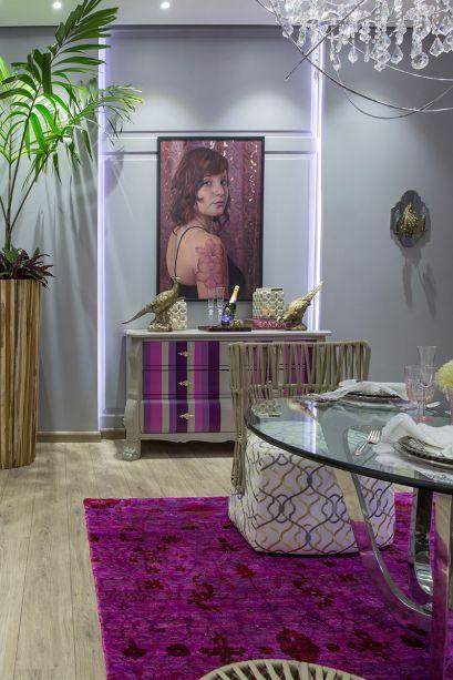 CASACOR Paraguai 2017. Comedor Diario - Cecilia Ayala. O pink e o roxo vibrantes se unem à diferentes padrões e texturas para trazer um ar jovial e energético a este ambiente, que transita entre o clássico e o moderno.
