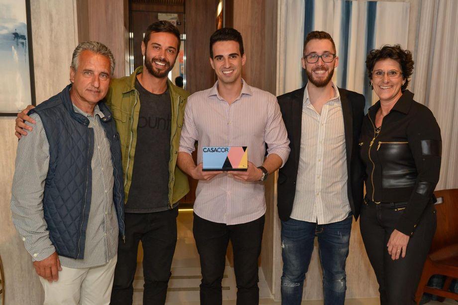<span>Os franqueados Luiz e Francis Bernado entregam o prêmio de melhor ambiente escolhido pelo público para os arquitetos Fabio Pereira, Leandro Sumar e Tauan Zanetta, que projetaram o Espaço UBUNTU.</span>