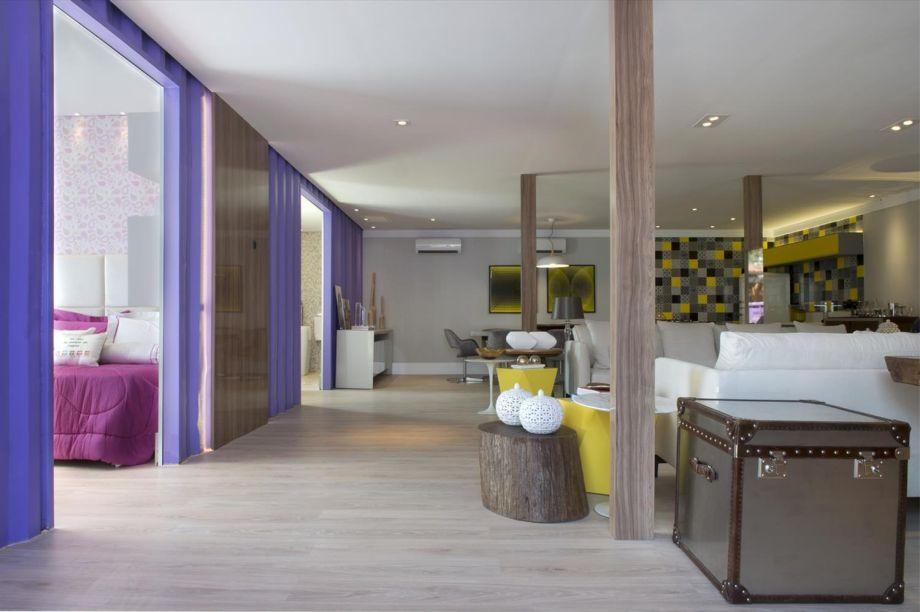 O arquiteto Daniel Kalil e a designer de interiores Karinna Buchalla assinaram a Casa Container da CASACOR São Paulo 2015. Se por fora, o contêiner foi mantido caracterizado, por dentro, a elegância e o conforto ditaram as regras. A estrutura com 170 m² era composta por quatro módulos de 40 pés e um de 20 pés. Nos contêineres maiores foram abrigados oito ambientes: cozinha, sala de jantar, sala de estar com sala de TV, galeria, quarto do casal, quarto do filho, quarto da filha e banheiro. Já no módulo menor, ficaram as áreas de lazer, incluindo um mini spa e um deck de madeira com piscina. Para o isolamento térmico e acústico, foram usadas lãs de pet. A iluminação foi feita totalmente em LED, reduzindo o consumo de energia.