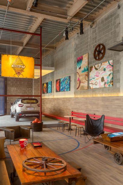 <span>ART GARAGE sports bar - Maurício Nóbrega. O conceito deste ambiente parte do princípio de que muitos artistas começaram seus trabalhos em garagens. A partir de então, o profissional reúne em um único lugar estacionamento, quadra de basquete, bar e galeria de arte. Os espaços foram divididos por grades de ferro que dão um toque urbano ao projeto.</span>