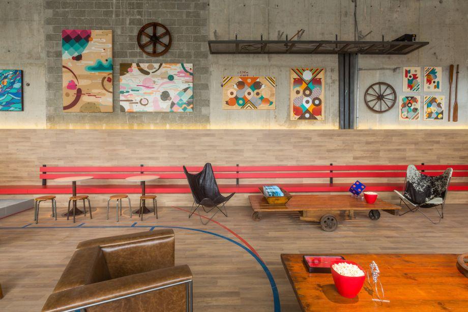 <span>ART GARAGE sports bar - Maurício Nóbrega. O conceito deste ambiente parte do princípio de que muitos artistas começaram seus trabalhos em garagens. A partir de então, o profissional reúne em um único lugar estacionamento, quadra de basquete, bar e galeria de arte. O mobiliário conta com peças de antiquário, objetos antigos e reformados do próprio arquiteto, além também de móveis contemporâneos. Todo o espaço possui um toque urbano com estilo industrial presente nas estruturas e no concreto aparente.</span>